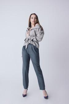 Młoda kobieta w stylowym stroju