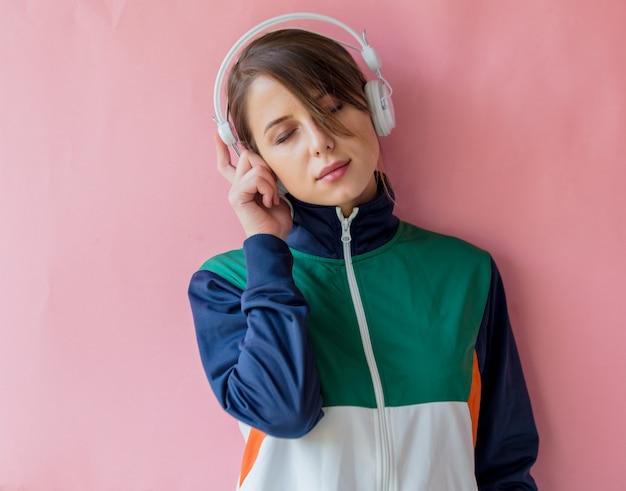 Młoda kobieta w stylu lat 90. ubrania ze słuchawkami