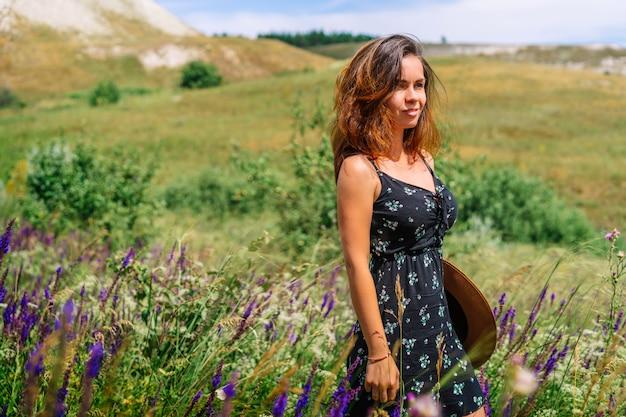 Młoda kobieta w sukience na polu