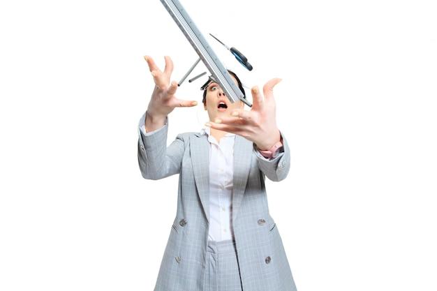 Młoda kobieta w szarym garniturze traci koncentrację