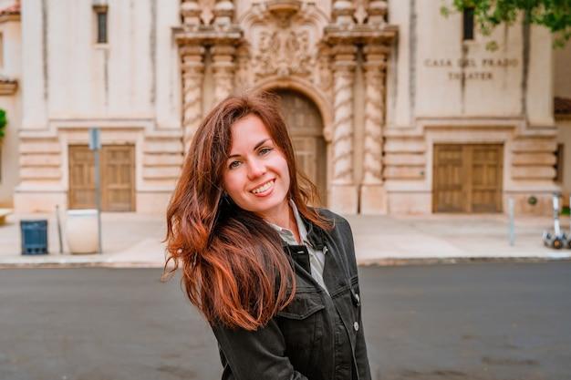 Młoda kobieta w tle teatru z piękną architekturą w balboa