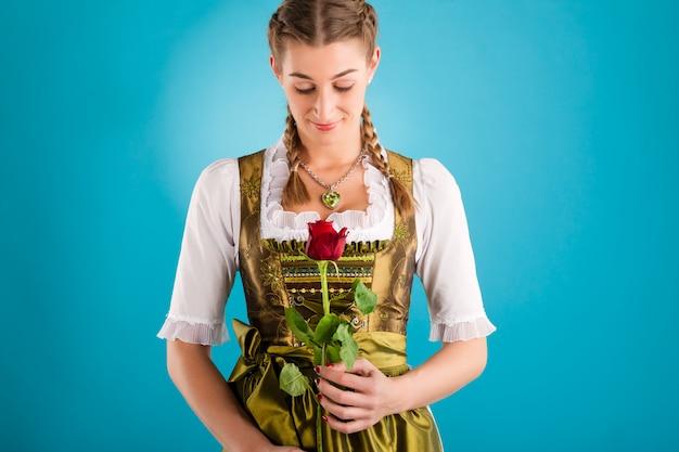 Młoda kobieta w tradycyjne stroje - dirndl lub tracht