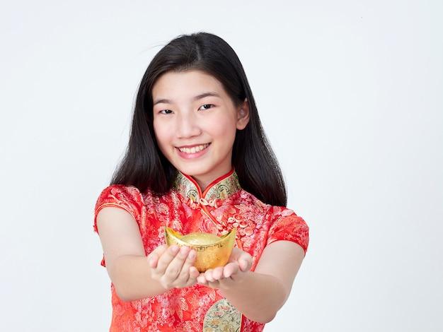 Młoda kobieta w tradycyjny chiński strój przedstawiający chińskie złoto