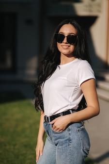 Młoda kobieta w ubranie