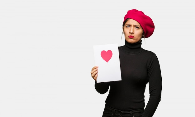 Młoda kobieta w valentines dniu robi timeout gestowi