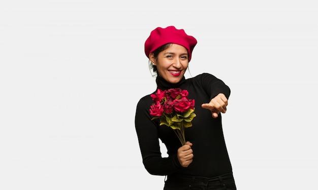 Młoda kobieta w valentines dniu rozochocony i uśmiechnięty