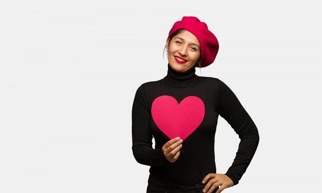 Młoda kobieta w valentines dniu z rękami na biodrach