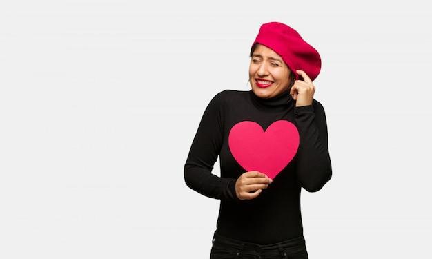Młoda kobieta w valentines dniu zakrywa uszy z rękami