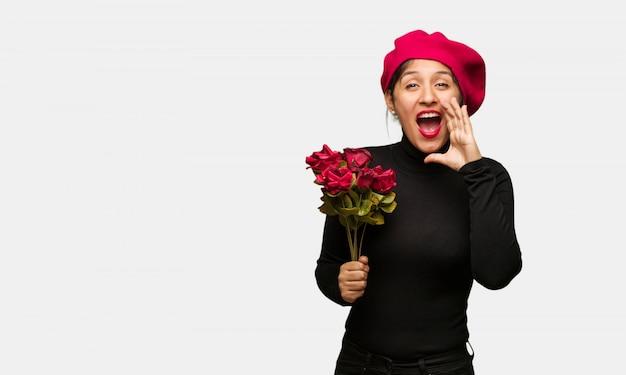 Młoda kobieta w valentines dzień krzyczy coś szczęśliwego przód