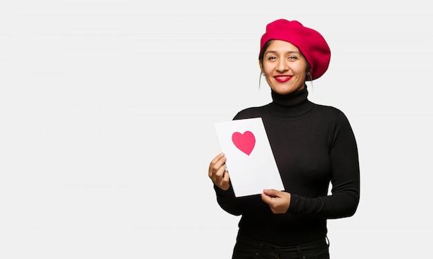 Młoda kobieta w valentines dzień rozochoconym z dużym uśmiechem
