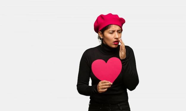 Młoda kobieta w valentines kaszel, chory należny wirus lub infekcja