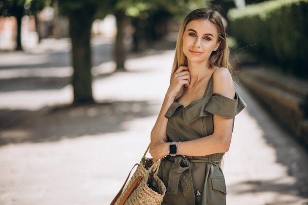Młoda kobieta w zieleni sukni outside w parku