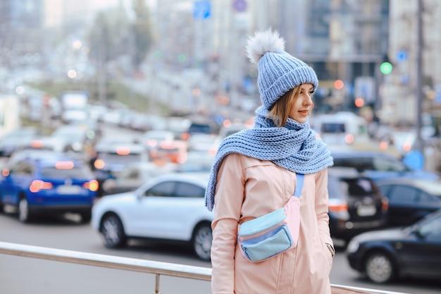 Młoda kobieta w zimie z czapką i szalikiem