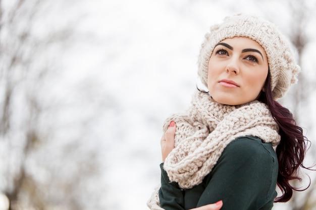 Młoda kobieta w zimie