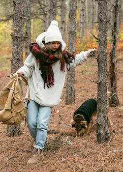 Młoda kobieta w zimowe ubrania z psem