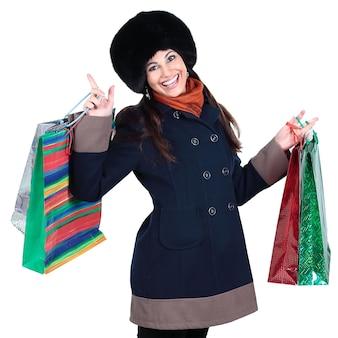 Młoda kobieta w zimowe ubrania z torby na zakupy