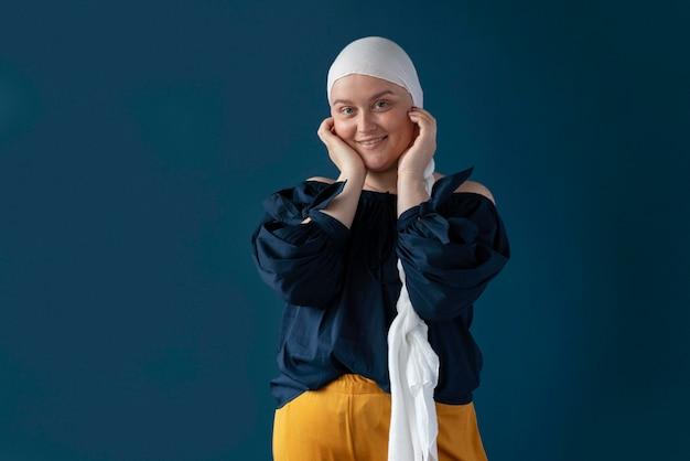 Młoda kobieta walcząca z rakiem piersi