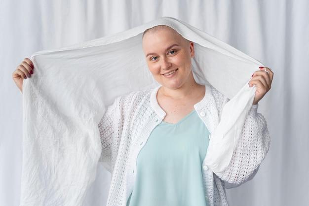 Młoda kobieta walcząca z rakiem