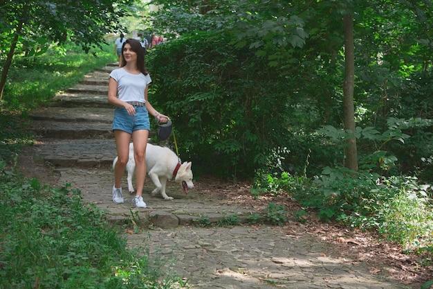 Młoda kobieta, wchodzenie po schodach, spacery z psem