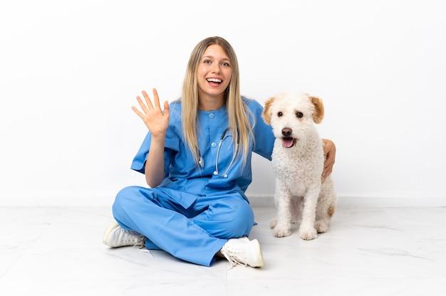 Młoda kobieta weterynarza z psem