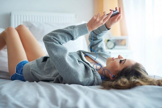 Młoda kobieta wiadomości tekstowych rano