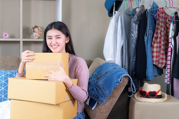 Młoda kobieta właściciel małej firmy ubrania online