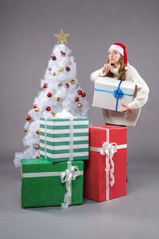 Młoda kobieta wokół prezentów na światło