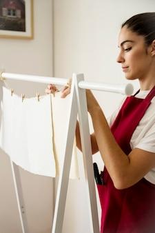 Młoda kobieta wręcza handmade białego papier
