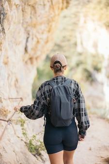 Młoda kobieta, wspinaczka piesza na wąskiej górze