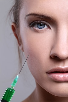 Młoda kobieta wstrzykiwanie na zabiegi kosmetyczne