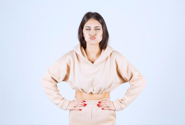 Młoda kobieta wstrzymuje oddech, co oznacza nieprzyjemny zapach