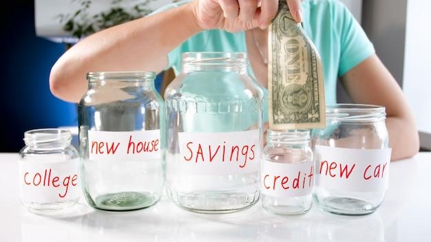 Młoda kobieta wybiera, gdzie zainwestować oszczędności. koncepcja inwestycji finansowych, wzrostu gospodarczego i oszczędności bankowych.