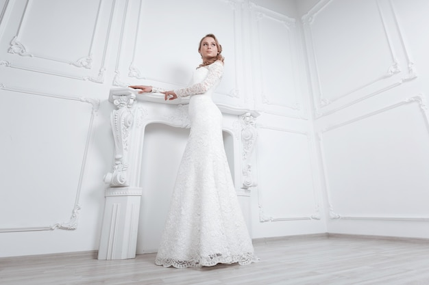 Młoda kobieta wybierając suknię ślubną w butiku mody. zdjęcie z miejscem na kopię