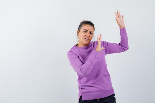 Młoda kobieta wyciąga ręce, żeby się zatrzymać