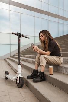Młoda kobieta wyszukuje jej telefon komórkowy