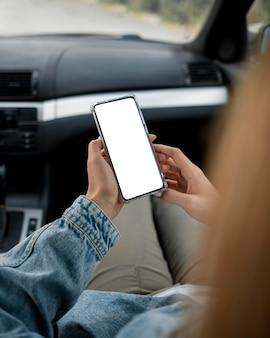 Młoda kobieta wyszukuje telefon komórkowy