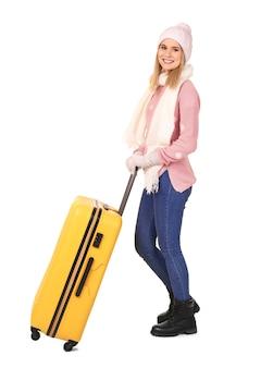 Młoda kobieta z bagażem. gotowy na zimowe wakacje