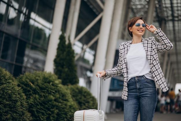 Młoda kobieta z bagażem na lotnisku w podróży