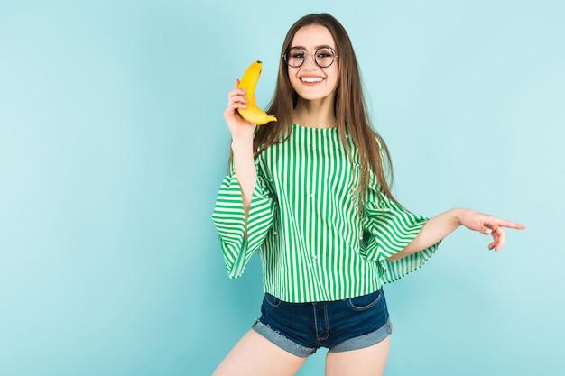 Młoda kobieta z bananowym telefonem