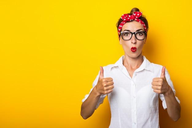 Młoda kobieta z bandażem na głowie wykonuje gest na żółtej ścianie wszystko w porządku. transparent.