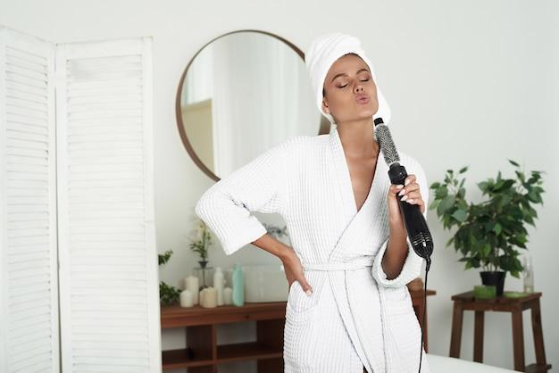 Młoda Kobieta Z Białym Ręcznikiem Na Głowie Premium Zdjęcia