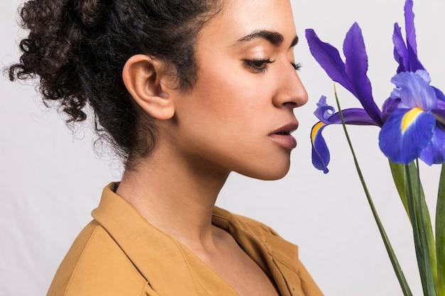 Młoda kobieta z bukietem błękitnych irysów kwiaty