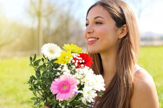 Młoda kobieta z bukietem kwiatów