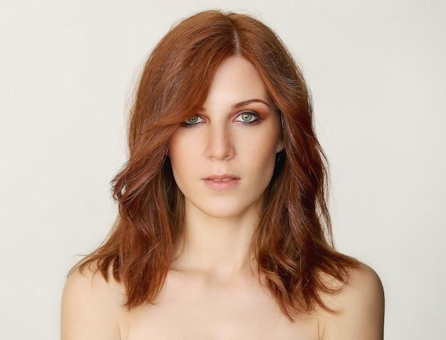 Młoda kobieta z chłodnym makijażem