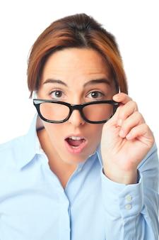 Młoda kobieta z czarne okulary patrząc zaskoczony