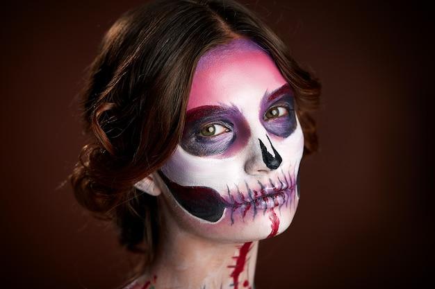 Młoda kobieta z czaszką makijaż