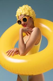 Młoda kobieta z czepek pływacki i okulary