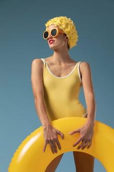 Młoda kobieta z czepka pływackiego