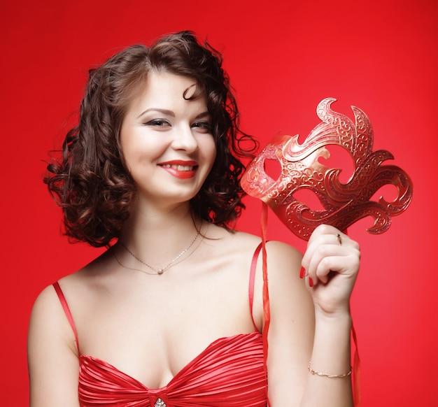 Młoda kobieta z czerwoną tajemniczą maską