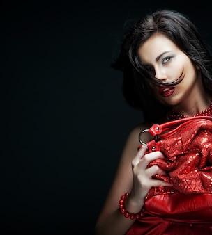 Młoda kobieta z czerwoną torbę